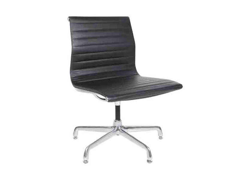 Cadeira Esteira Couro Baixa sem Braços Interlocutor Charles Eames